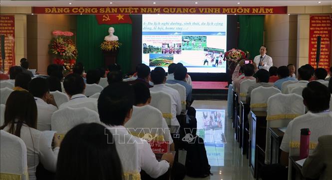Đại biểu trình bày tham luận tại hội thảo.