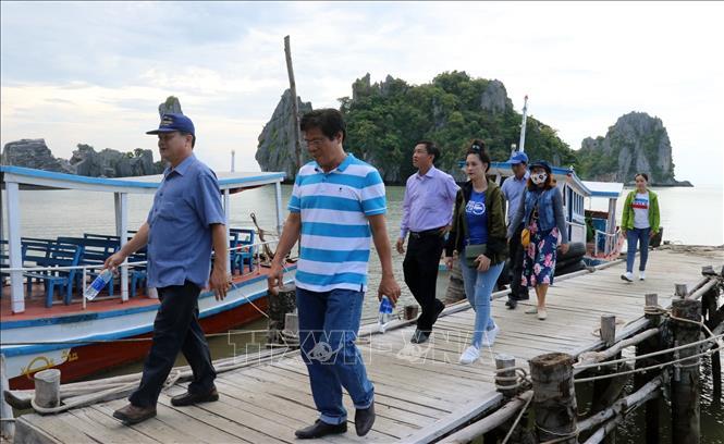 Khách du lịch tham quan Khu du lịch Hòn Phụ Tử, huyện Kiên Lương.