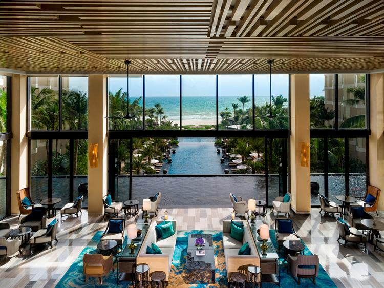 Sảnh tiếp tân tại InterContinental Phu Quoc Long Beach đón khách tại không gian mở, lộng gió biển, được bao quanh bởi hồ nước nhân tạo.