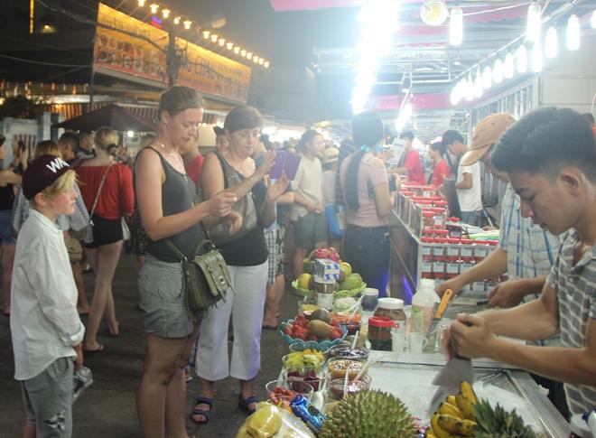 Khách du lịch trong và ngoài nước tham quan một số điểm du lịch ở Phú Quốc.
