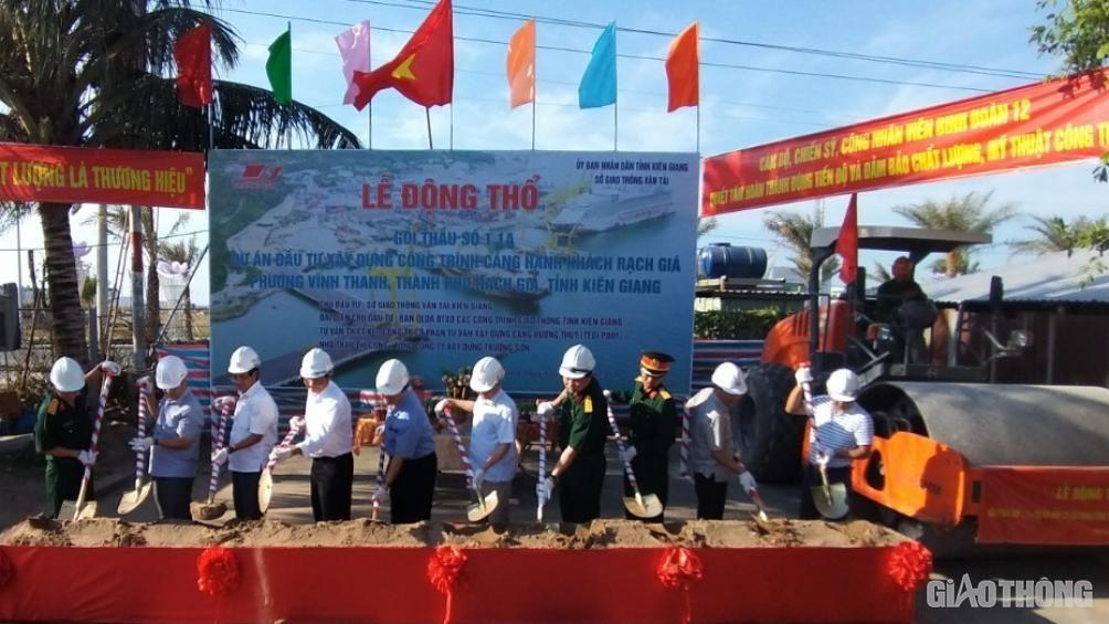 Các đại biểu thực hiện nghi thức khởi công dự án.