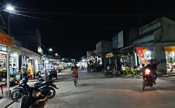Xã Thổ châu chỉ có duy nhất 1 ấp, người dân sống tập trung trên tuyến phố dài khoảng 1km, tuy ở xa đất liền nhưng điện sinh hoạt trên đảo luôn được bảo đảm 24/24 giờ.