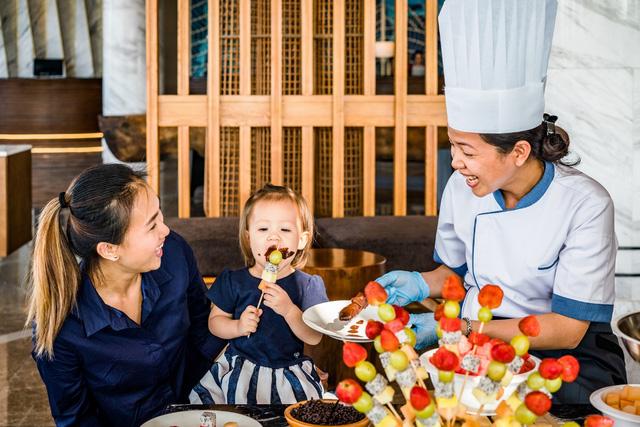 Du khách thưởng thức các loại chocolate thơm ngon miễn phí trong khung giờ từ 16:00 – 17:00 mỗi ngày tại Mövenpick Resort Waverly Phú Quốc