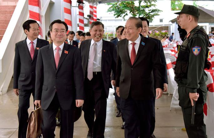 Phó Thủ tướng Thường trực Chính phủ Trương Hòa Bình (bìa phải) đến tham dự Đại hội Đại biểu Đảng bộ tỉnh Kiên Giang khóa XI, nhiệm kỳ 2020-2025