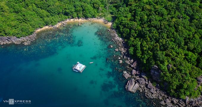 Hòn Thơm mang vẻ đẹp hoang sơ, có nhiều hoạt động thể thao như lặn biển, du thuyền