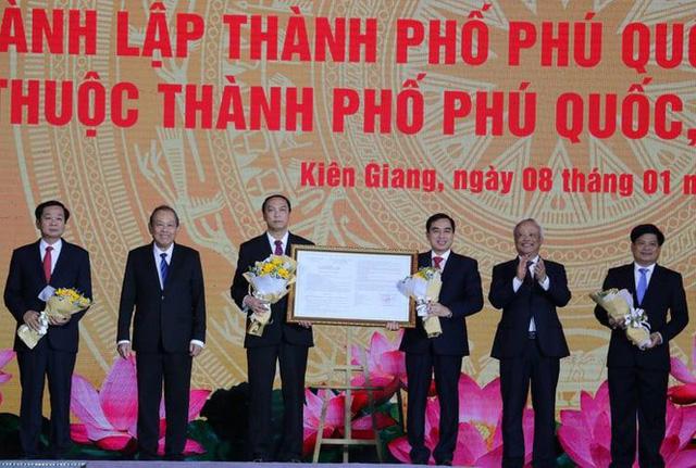 Phó Thủ tướng Trương Hòa Bình và P hó Chủ tịch Quốc hội Uông Chu Lưu chúc mừng các đại biểu đại diện thành phố Phú Quốc