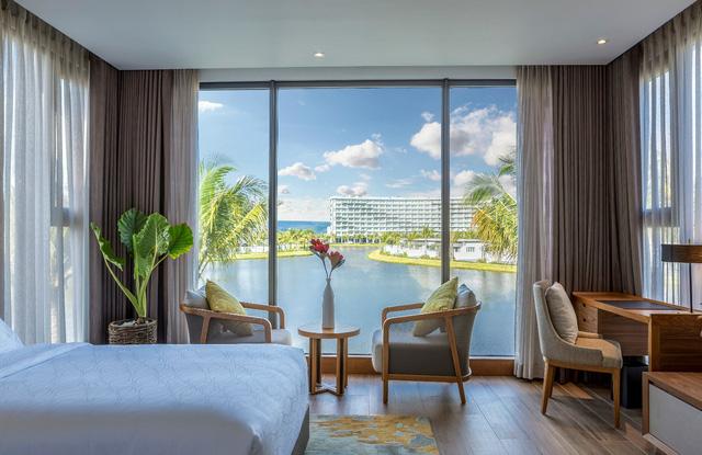 Một góc phòng ngủ view hồ tại biệt thự nghỉ dưỡng Mövenpick Resort Waverly Phú Quốc
